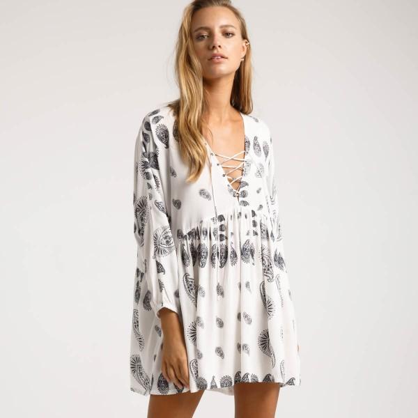 Белое пляжное платье с рукавами
